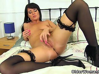 English milf Leah lowers her knickers and plays
